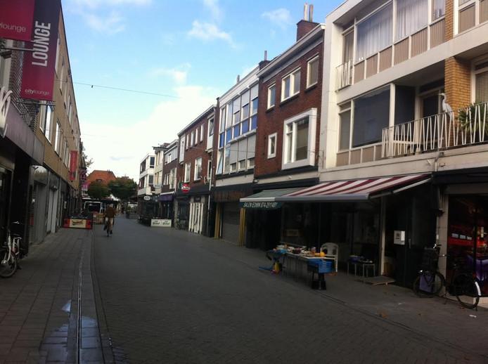 De ondernemers in de Marktstraat zetten deze maand tijdens de koopavonden de kramen buiten neer.