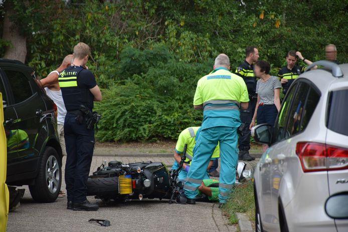 De motorrijder krijgt eerste hulp op de Clara Wichmannlaan in Nijmegen na een ongeluk.