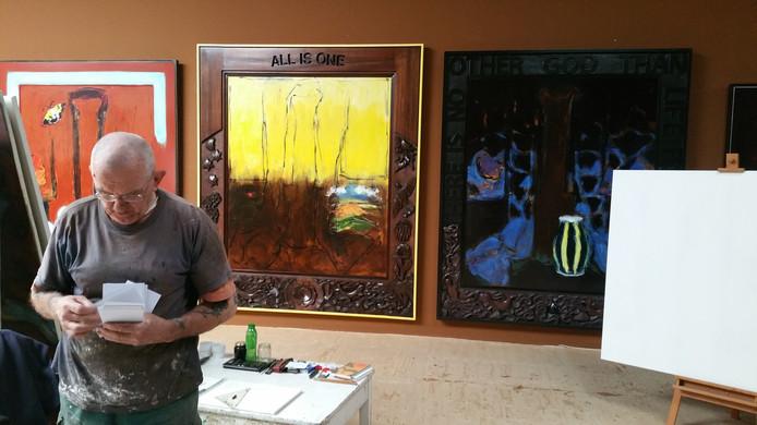 Beeldend kunstenaar Hans van Hoek in zijn atelier in Deurne.