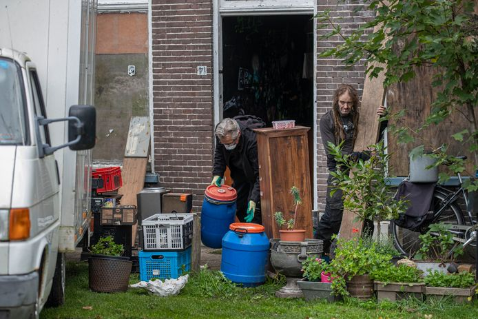 Nu de villa aan de Boven Havenstraat is ontruimd, kan deze worden gesloopt. De krakers bivakkeren inmiddels in de woning ernaast.