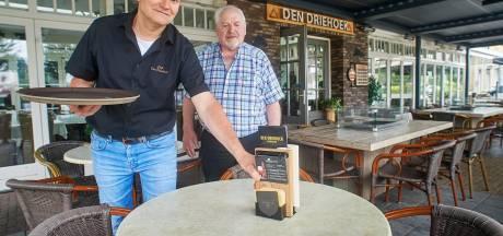 Cor van de Ven tapt nog elke dag pilsjes in Vinkel, zelfs vijftien jaar na zijn pensioen