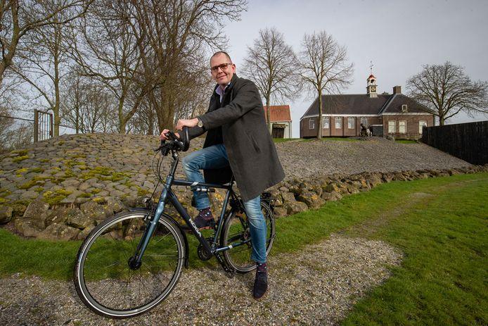 Wouter Terpstra bij het dichtst bij Harderwijk liggende Werelderfgoed: het voormalige eiland Schokland in de Noordoostpolder. Terpstra is van plan om een deel van de nieuwe fietsroute ook zelf te gaan afleggen.