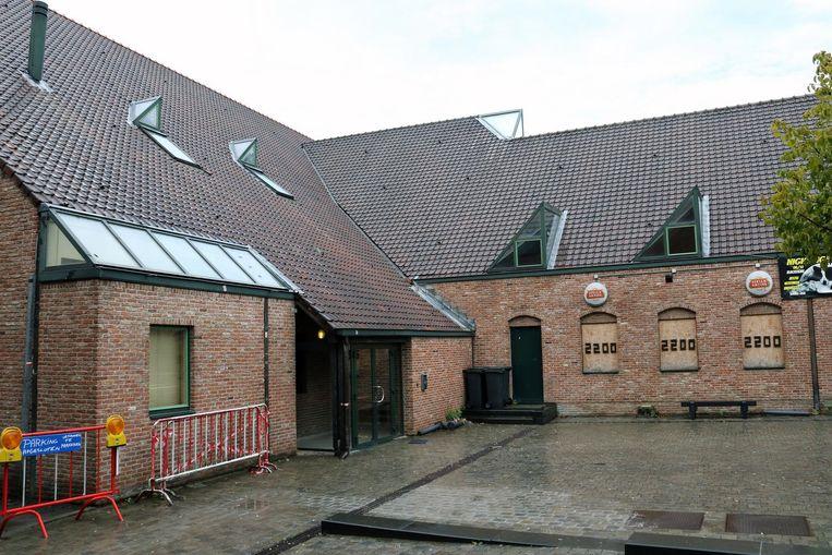 Zaal 't Hof - stilletjesaan compleet verouderd - is vandaag de enige locatie waar de jeugd kan fuiven.