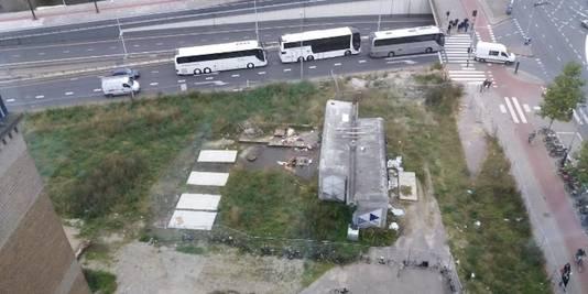 Het lege stukje grond aan het begin van de Wibautstraat waar het gebouw moet komen.