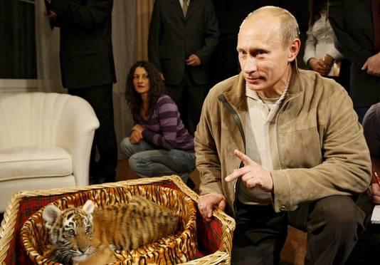 Poetin bij een jonge tijgerpup.