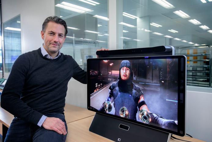 Maarten Tobias demonstreert het 'balletje-balletje' op een scherm van Dimenco.