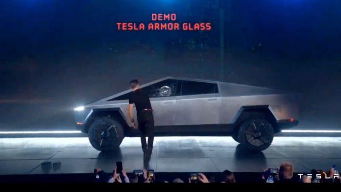 Tesla-medewerker 'Franz' gooit een kogel tegen de Cybertruck, waarna het glas breekt