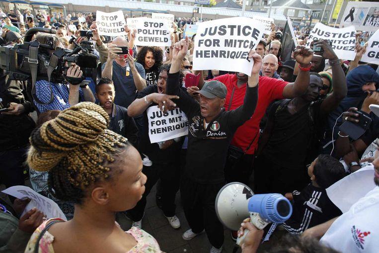 'Stop politiegeweld' en 'Justice for Mitch Henriquez'. Met die leuzen protesteren demonstranten in Den Haag in de Schilderswijk. Beeld anp