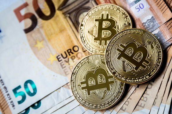 De euro en de cryptovaluta Bitcoin. Veel mensen zien de digitale munt als investering terwijl economen waarschuwen voor een bubbel.