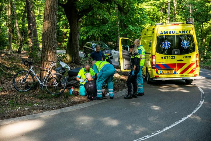 De wielrenner moest met onbekende verwondingen naar het ziekenhuis