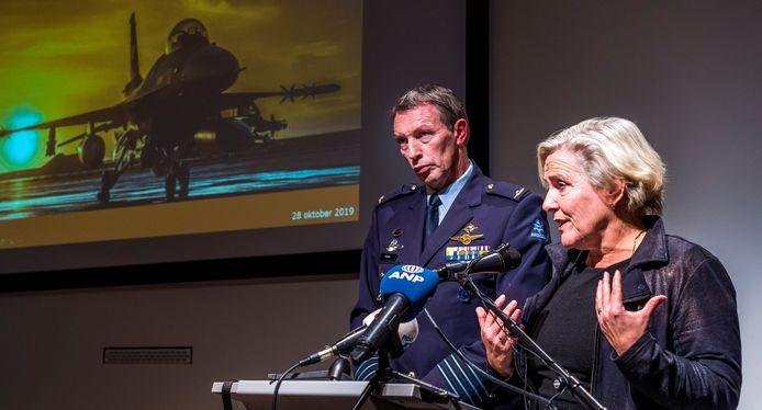 Minister Ank Bijleveld (Defensie) en kolonel-vlieger Peter Tankink (directie Operaties) tijdens een persconferentie eerder vandaag over een aanval van een Nederlandse F-16 op een autobommenfabriek van IS in het Iraakse Hawija in 2015. Hierbij zijn tientallen burgerdoden gevallen.