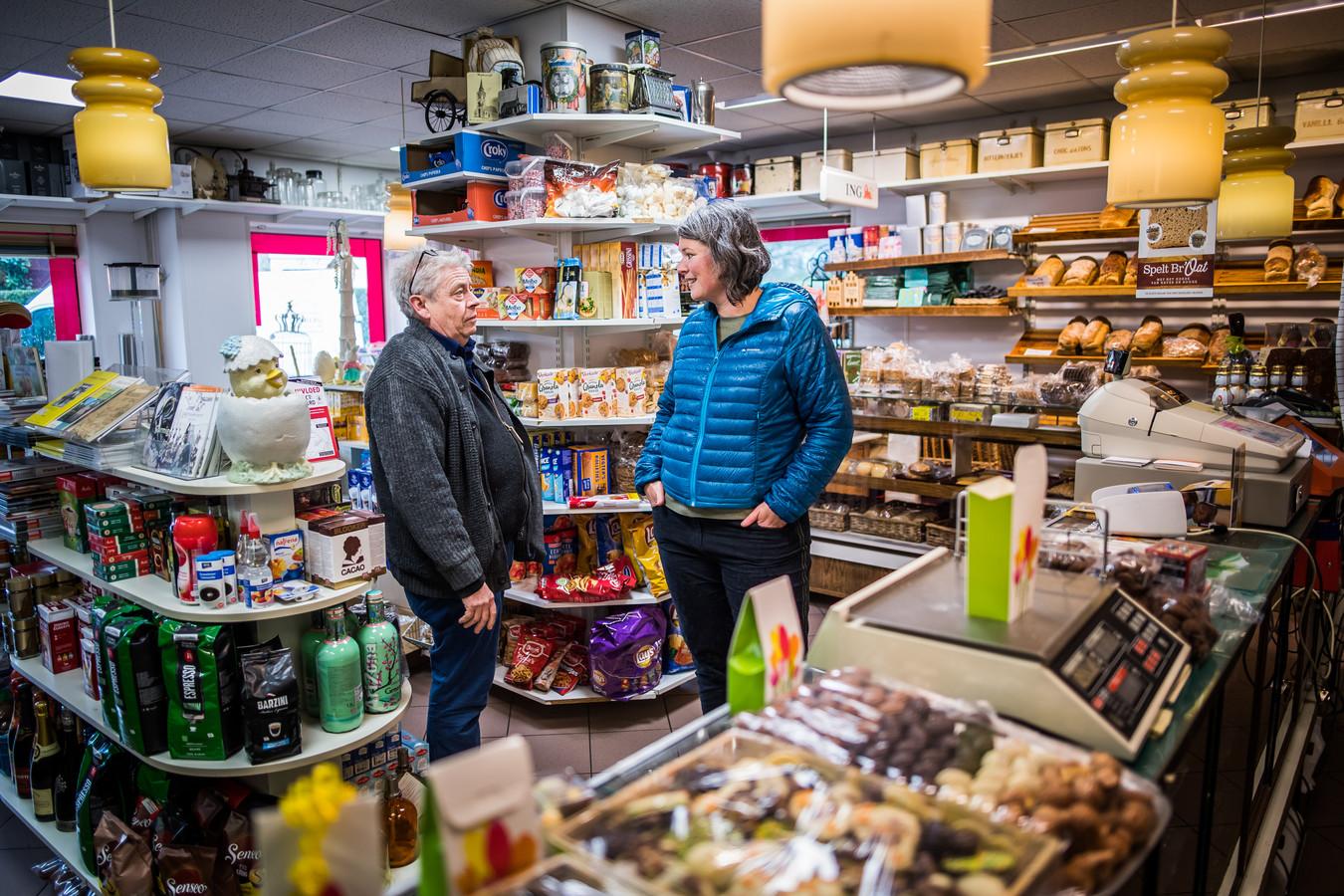 Annemiek Hellings in de bakkerij van Bertus Samberg in gesprek met de bakker.