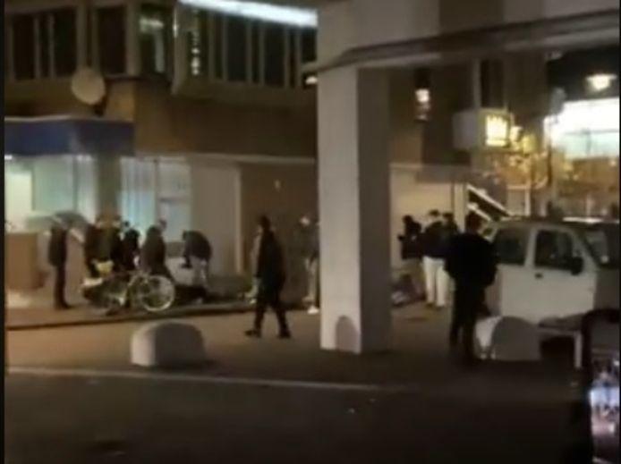 Een screenshot uit het filmpje van de zware mishandeling in Helmond.