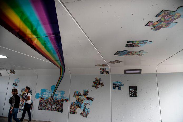 Één belangrijke opdracht kreeg Hay van Arensbergen toen hij begon aan zijn kunstwerk voor de nieuwe Wevertunnel in Gennep: een regenboog. De kleuren van de regenboog moesten erin verwerkt worden. Dat is gelukt.