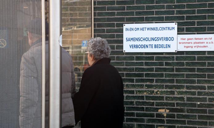 Het samenscholingsverbodsbord is niet officieel. Het is door de winkeliers van Winkelcentrum Zuidpolder opgehangen.