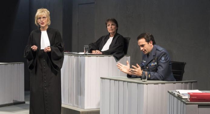 Johanna Ter Steege, Clairy Polak en Jeroen Spitzenberger in 'Terror'.