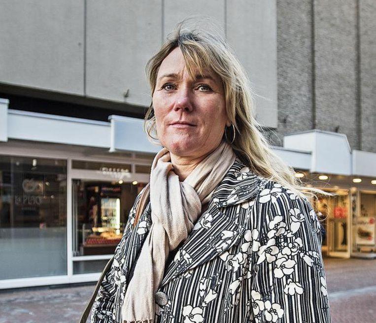 Joke van Dijk voor haar V&D-filiaal in Apeldoorn. 'Wat er ook gebeurt, dinsdagavond gaan we met z'n allen de kroeg in.' Beeld Guus Dubbelman / de Volkskrant