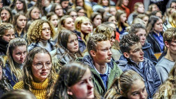 210 leerlingen en 40 leerkrachten schreven zich in en kwamen maandag luisteren naar de debatten.