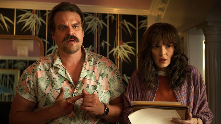Winona met haar tegenspeler David Harbour in de serie 'Stranger Things'.