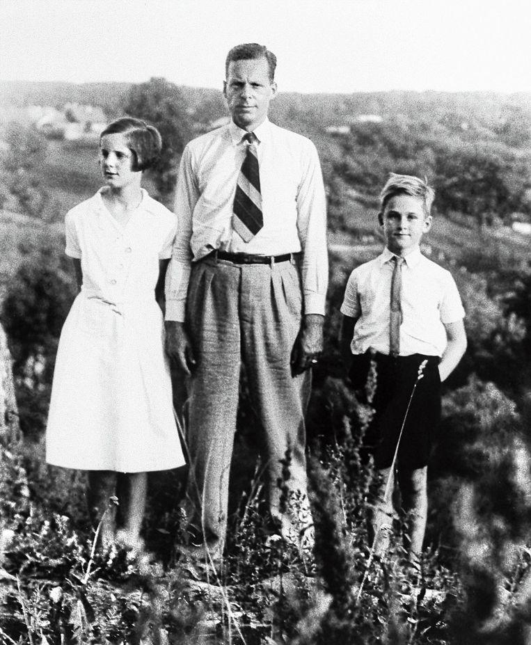 Jan Zwartendijk met links dochter Edith en rechts zoon Jan. Beeld null