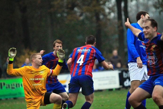 beeld uit de vorige derby tussen Hoeven en Victoria'03, uit 2013 alweer