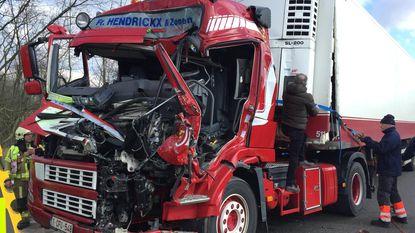 Trucker zwaargewond na crash: E313 volledig versperd