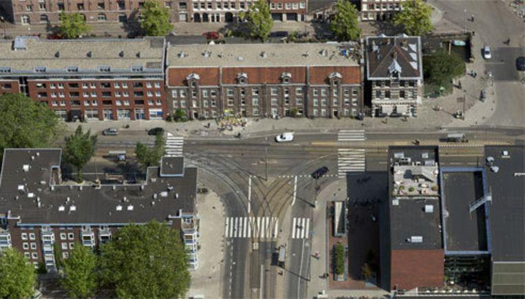 Het Marnixplein in de Marnixstraat. Bloemen en tekeningen op het wegdek geven de plek aan waar op 19 juni de 12-jarige Boris verongelukte. Foto Peter Elenbaas Beeld