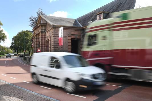 Dagelijks denderen vrachtwagens langs De Hampoort in Grave.