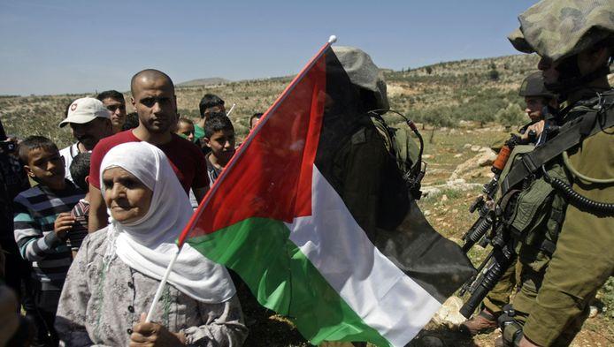 Une Palestinienne manifestant contre l'expansion d'une colonie israélienne.