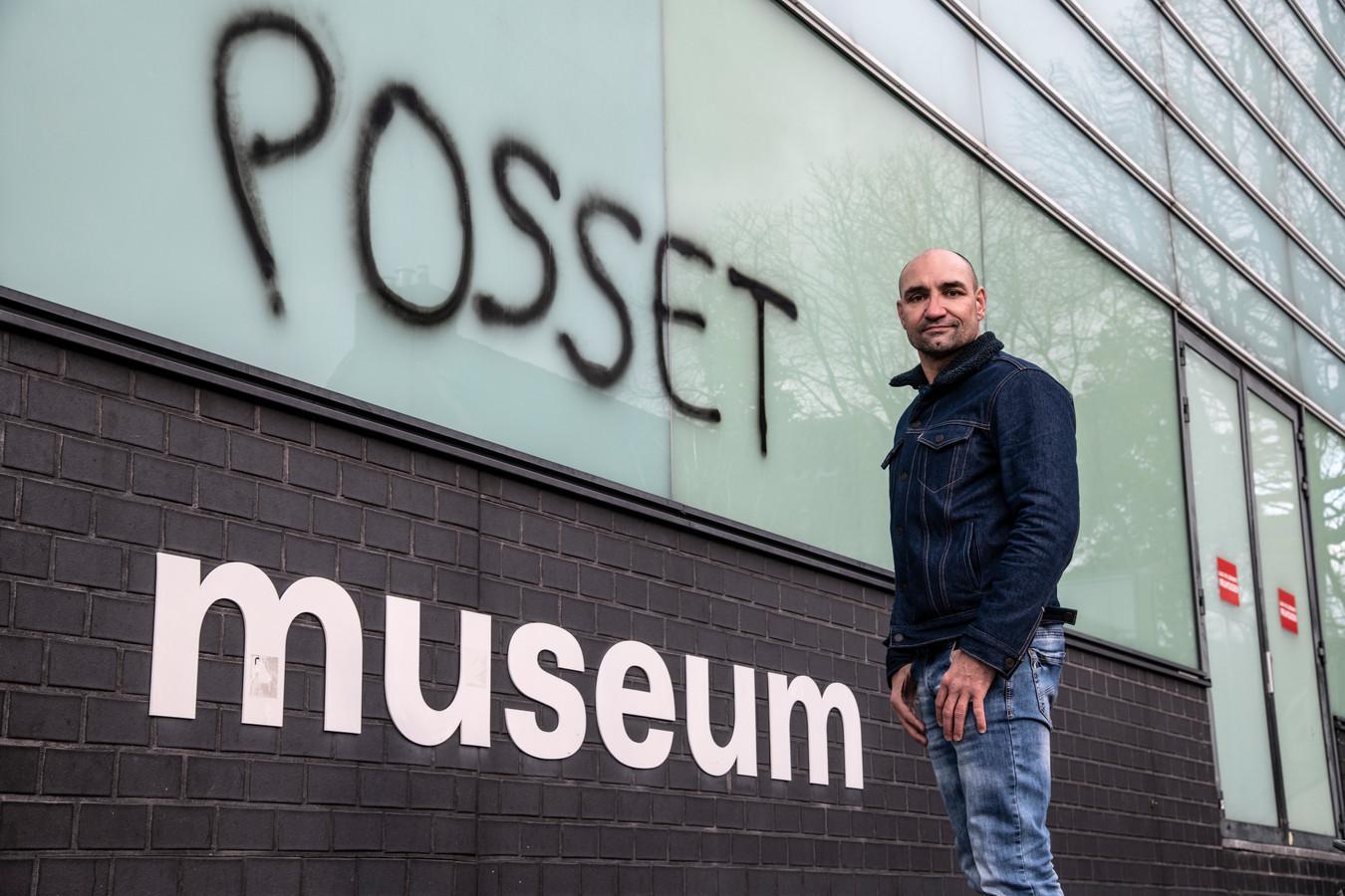 Nijmegenaar Perry Ubeda ergert zich aan handtekening van kunstenaar Ralp Posset op Museum Het Valkhof