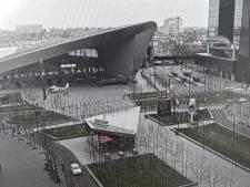 Traumahelikopter landt op een leeg plein voor Rotterdam CS