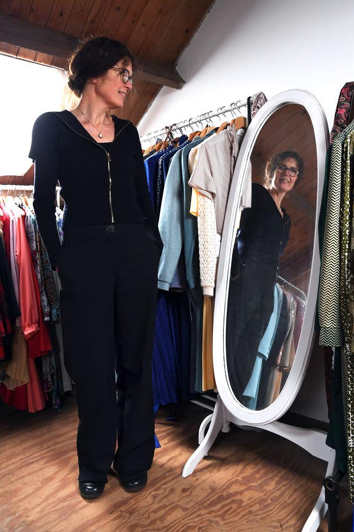 TILBURG,  Foto PixProfs/Jan Stads.  Kunstenares Jenny Ymker tussen haar verzameling jurken. Foto Jan Stads