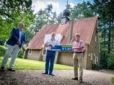 Ook voor de verlichting van het kerkje van Laag-Soeren kunnen Rhedenaren hun nieuwe cheque inzetten