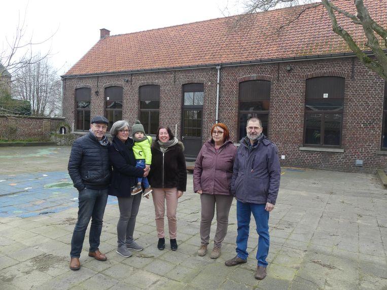 Ruben Coetsier, Ann Van de Velde met haar kleinzoon Marcel, Syntia Van Erdeghem, An Van Thuyne en Chris De Groote aan het schooltje in Eke-Landuit.