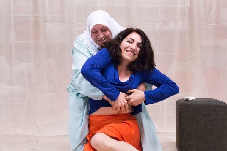 Nazmiye Oral en haar moeder in Niet meer zonder jou. Beeld Cigdem Yuksel