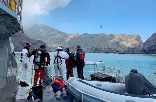Duikers doorzoeken het water rondom het eiland. Een van de twee lichamen waarnaar nog wordt gezocht, zou in het water zijn gezien.