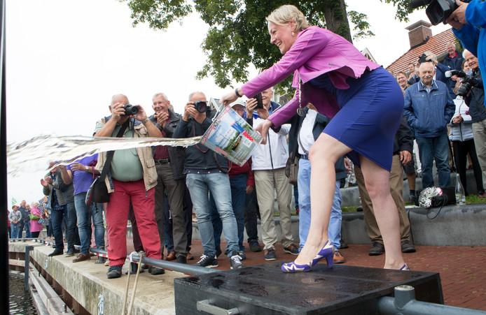 Burgemeester Erica van Lente doopt de replica van de Vechtzomp.