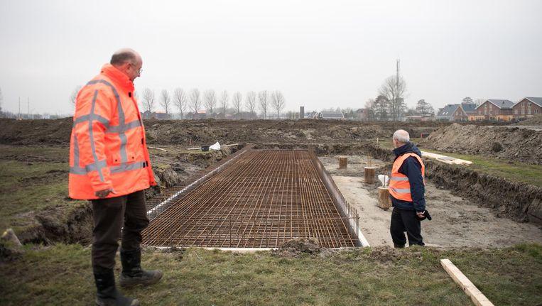 Over een week worden in Vijfhuizen (bij Schiphol) de bomen geplant voor het bos. Beeld Marijke Stroucken