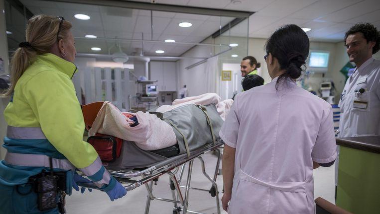 Een dronken patiënt wordt het OLVG binnengereden Beeld Rink Hof