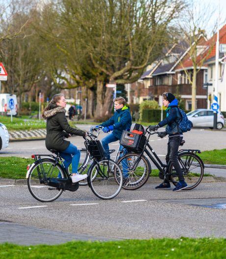 Onvoldoende voor rotondes in Alphen: 'Niet gek dat hier ongelukken met fietsers gebeuren'