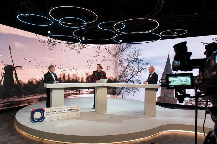 De Avond van de Nuenense Ondernemer werd via internet uitgezonden. Vlnr OCN-voorzitter Jan Veldsink, presentator Marcel Stevens en burgemeester Maarten Houben.