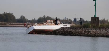 Plezierboot vaart op krib in Nieuwaal, Rijkswaterstaat nam poolshoogte