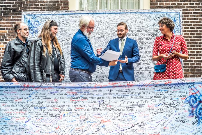 De overhandiging van de handtekeningenactie aan wethouder Bas Vollebregt.
