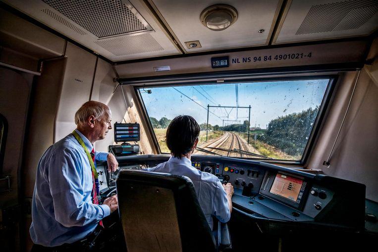 'Een machinist die harder rijdt dan noodzakelijk, genereert onbedoeld gele en rode seinen die de trein tot stoppen dwingen.' Beeld Raymond Rutting / de Volkskrant