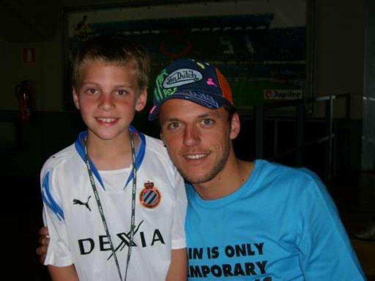 Een van de laatste foto's van Sterchele, met een jonge fan.