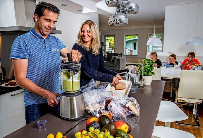 Nikkie Elfers en Kees-Jan geven hun drie kinderen op zondagochtend wentelteefjes die ze maken van oud brood dat ze de hele week opsparen.