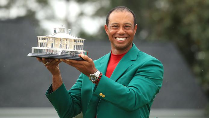Tiger Woods soulève le trophée du Masters après sa victoire dimanche à Augusta.