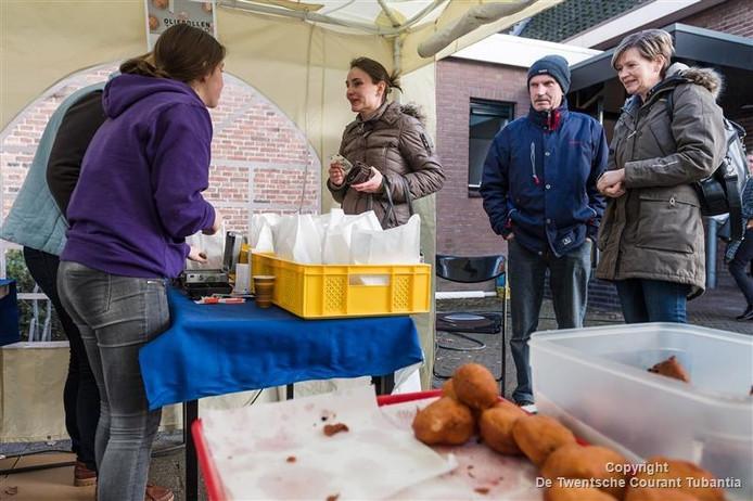 Beeld van de oliebollenactie van de zendingsvereniging Monica in Vriezenveen.