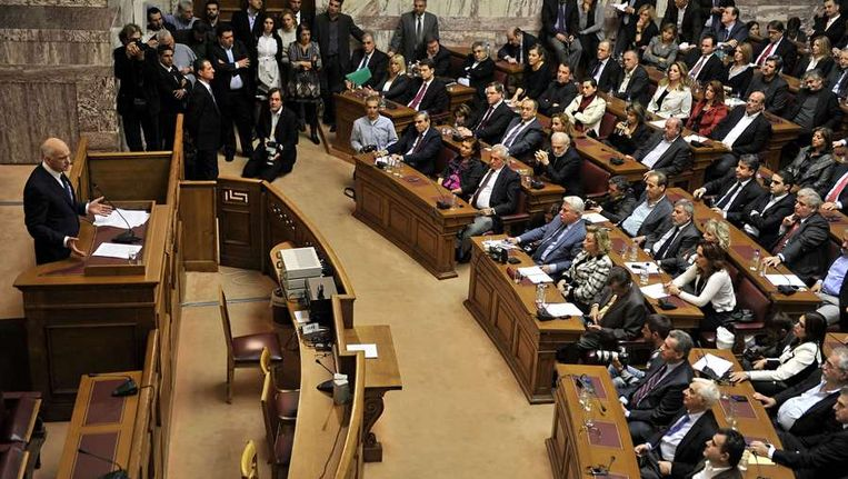 De Griekse premier Papandreou tijdens zijn toespraak voor het Griekse parlement. Beeld afp