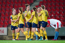 Vreugde bij de speelsters van Arsenal na weer een goal van Vivianne Miedema.